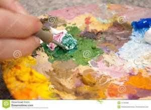 couleurs-de-mélange-de-pinceau-sur-la-palette-12735088